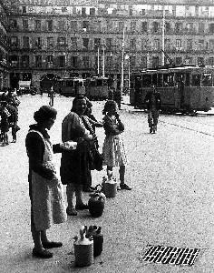 Madrid anos 50. Aguadoras en la Plaza Mayor