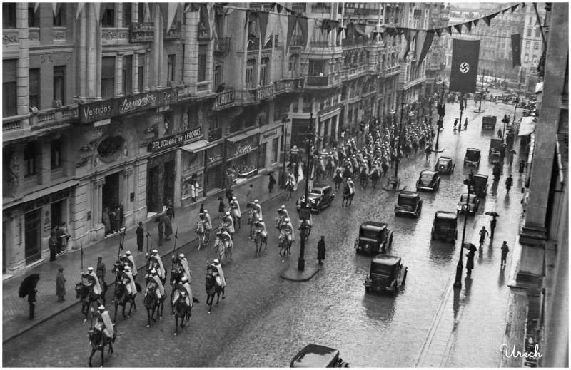 (( 53 )) CNo_1_087_02 - Recibimiento al dirigente nazi Heinrich Himmler en su visita a Madrid en octubre de 1940. La Guardia Mora escolta el coche oficial a la altura del número 10 de la Gran Vía en dirección a la plaza de Callao.