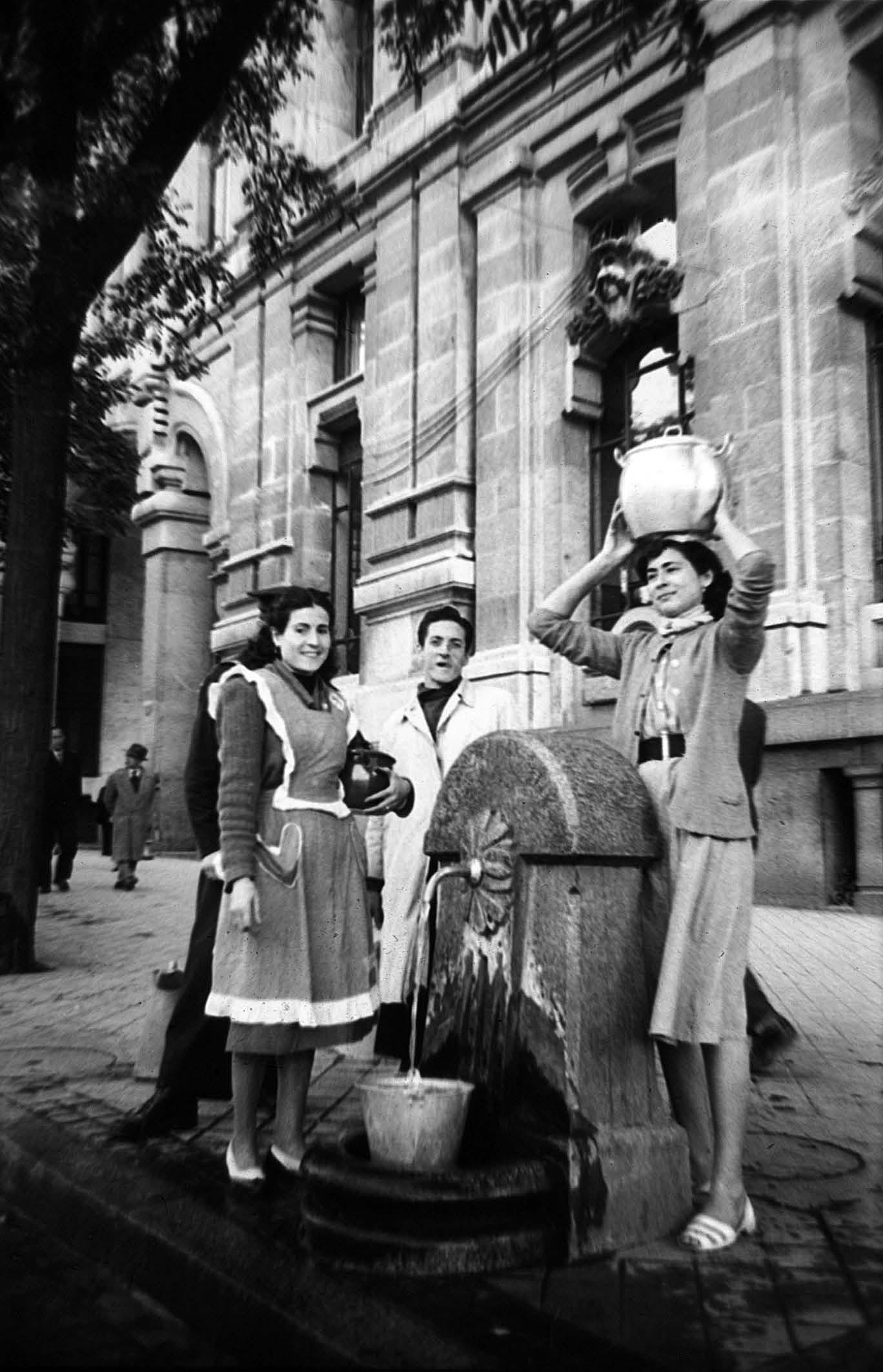 Fotos de la semana: Fuente de agua en Cibeles (1953)