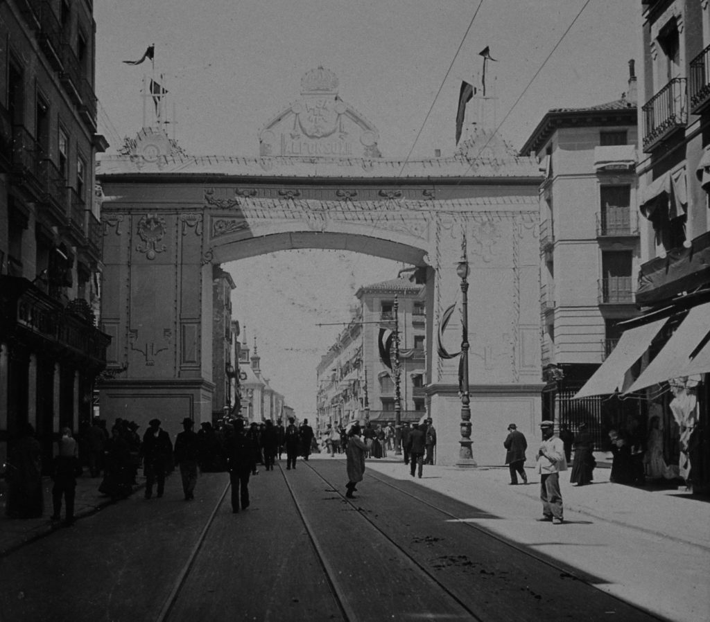Calle Mayor engalanada, en 1906. Madrid