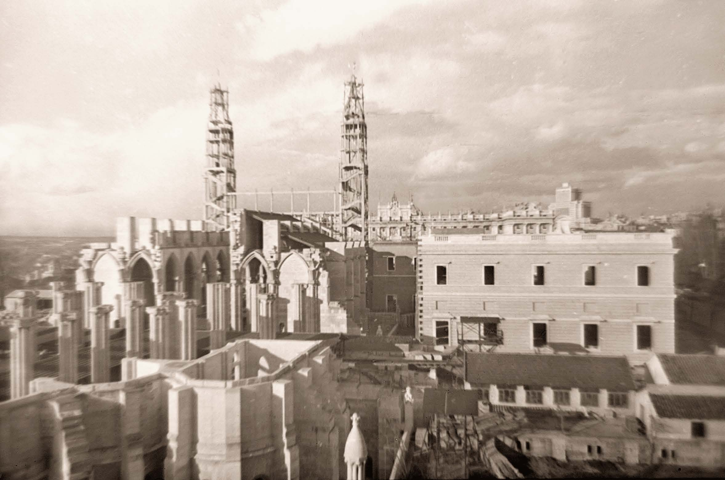 La foto de la semana: Construyendo la Almudena (1956)