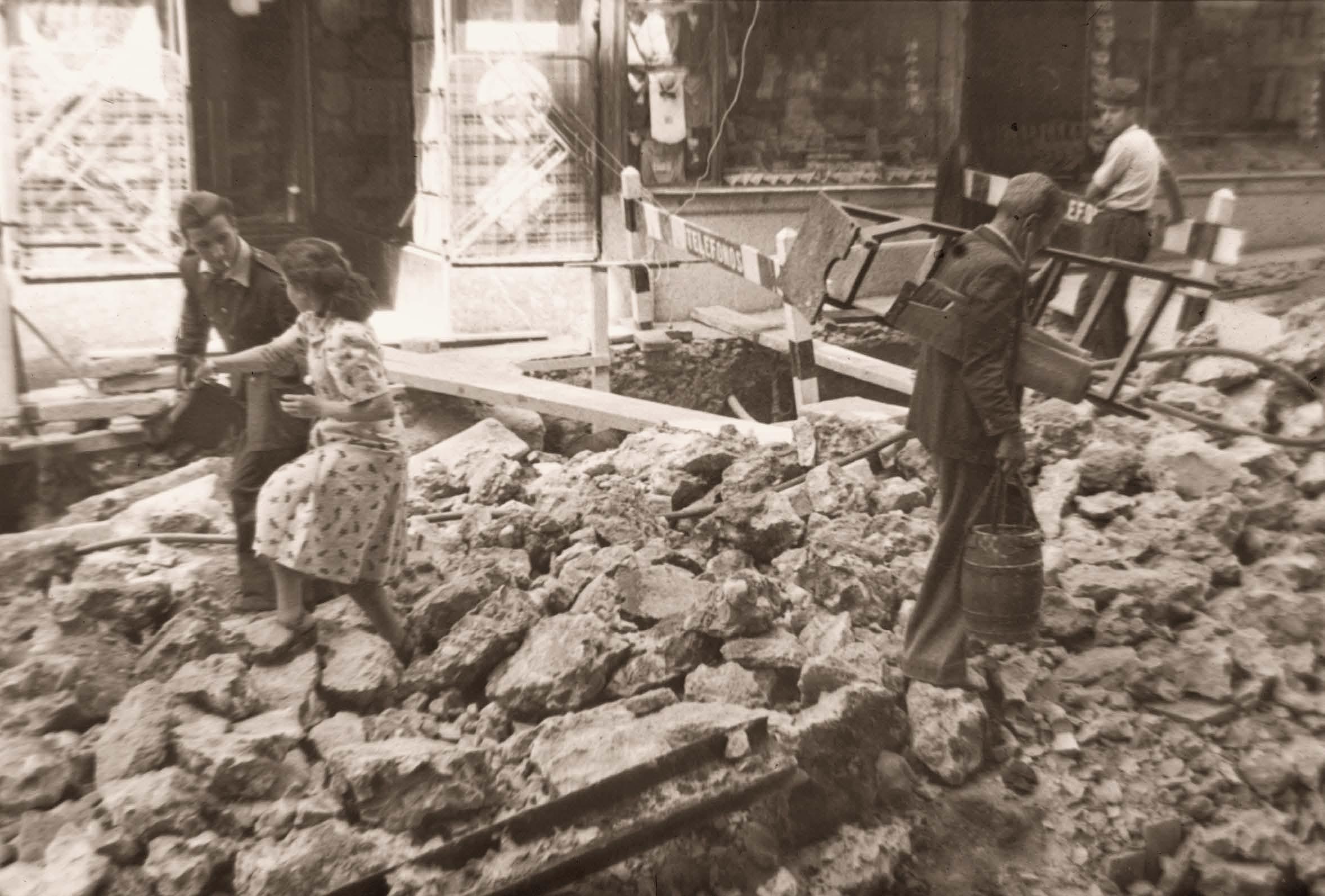 Obras en la calle Montera en 1948