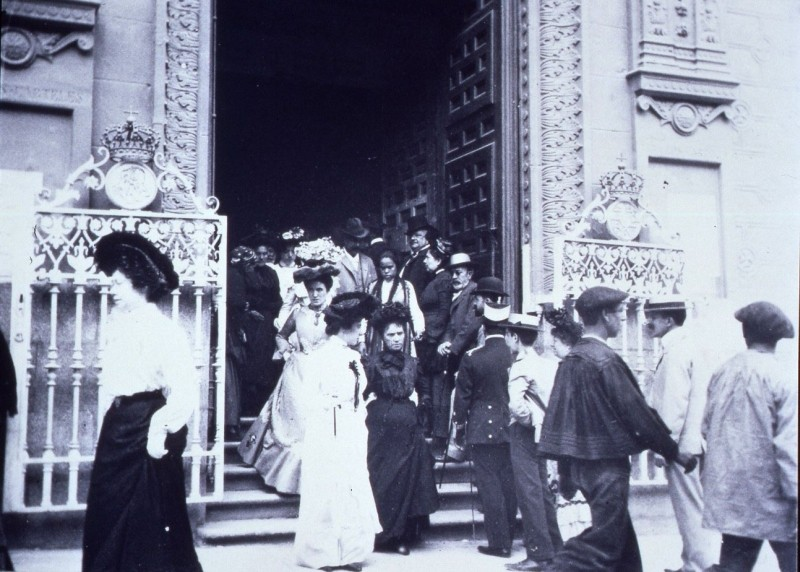 La foto de la semana: Salida de misa de la iglesia de las Calatravas. Principios siglo XX