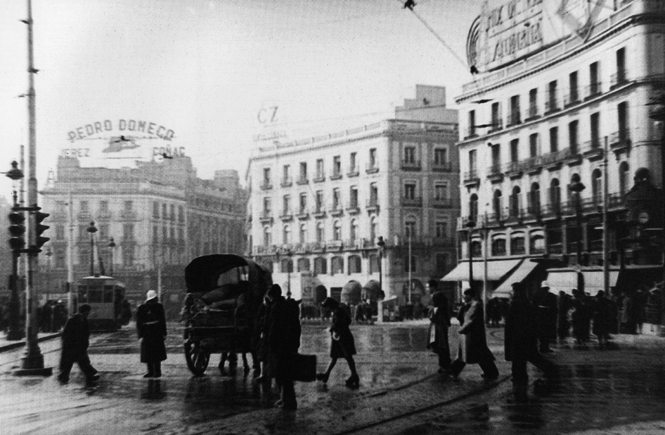 La foto de la semana: Paso de peatones en la Puerta del Sol (1944)
