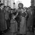 La foto de la semana: Hombre interplanetario por Gran Vía (1956)